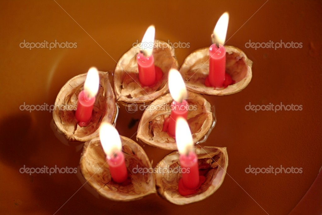 Walnut Shells with Candles Floating in a Bowl of Water — Stock Photo #7448136