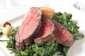 Roast beef and sauteed spinach — Стоковое фото