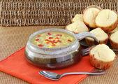 Lezzetli mısır çorbası ve mısır kek. — Stok fotoğraf