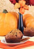 Muffin di zucca chip su una tabella di caduta decorato — Foto Stock
