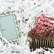 Merry Christmas Chocolate Cup Cake and Gift Tag — Stock Photo