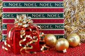 Regalos de navidad con adornos. — Foto de Stock