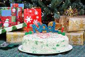 Weihnachtskuchen vor Weihnachtsbaum und Geschenke. — Stockfoto