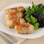 Rollitos de pollo relleno con queso envuelto en tocino — Foto de Stock
