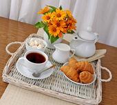 Croissanter med te och mjölk på en bricka — Stockfoto