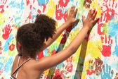 Chica jugando con pintura — Foto de Stock