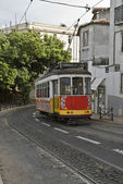 Tram classique dans la rue de lisbonne. — Photo