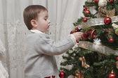 Njuta dekorera julgran. — Stockfoto
