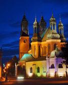 Torens van gotische kathedraal kerk per nacht — Stockfoto