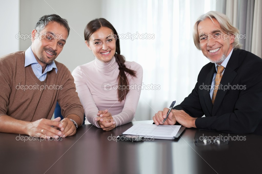 Happy mature investment advisor sitting in a meeting with a couple. — Stock Photo #6930554