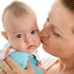 愛情のある母娘の頬にキス — ストック写真