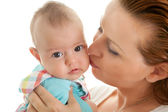 любящая мать, целуя ее дочь на щеке — Стоковое фото