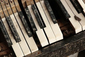 Broken piano keyboard — Stock Photo