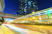 Trilhas leves de carro na cidade moderna — Foto Stock