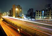 Lehké sjezdovky na moderní město v noci — Stock fotografie