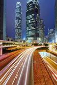 Tráfico urbano en la noche y — Foto de Stock