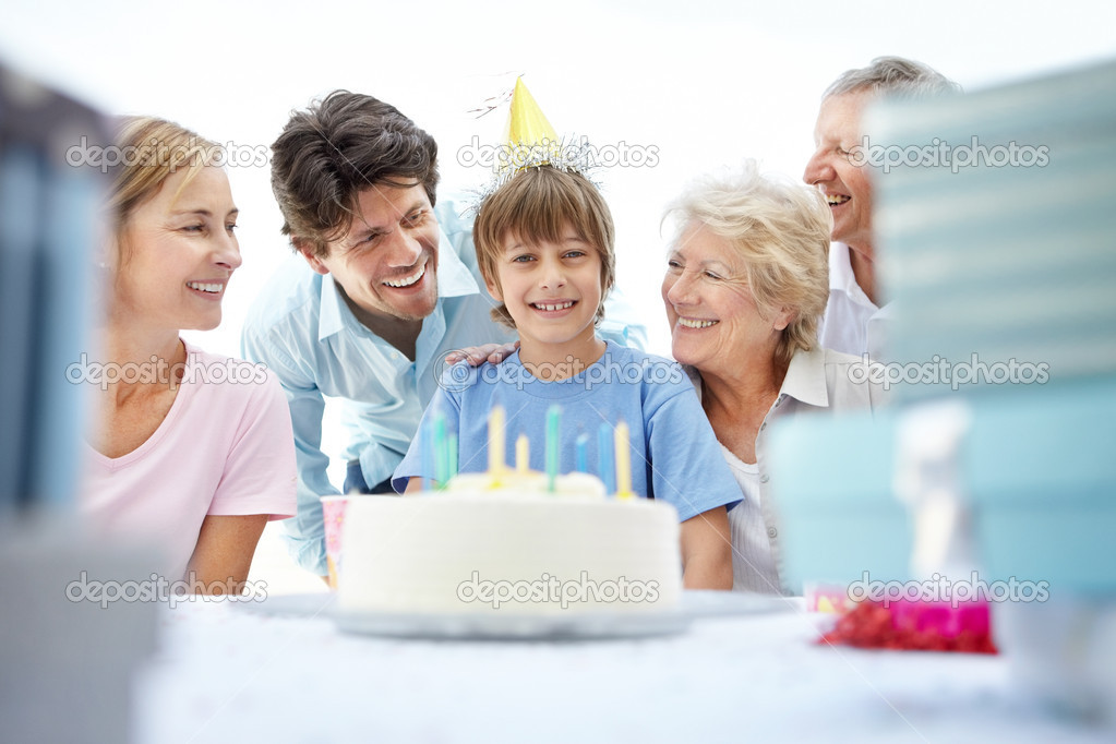 Portrait of a small boy celebrating his birthday with his family — Stock Photo #7707012