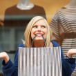 Young woman with shopping bag - Stockfoto