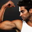 Young man flexing his biceps - Lizenzfreies Foto