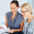 Female executives having conversation together - Foto Stock
