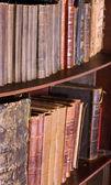 Viejos libros antiguos en librería o biblioteca — Foto de Stock