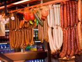 Embutidos en mercado — Foto de Stock