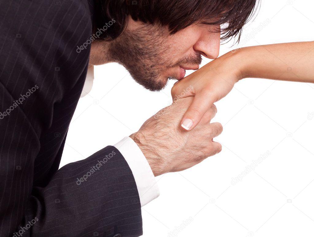 Если мужчина целует свою руку