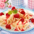 Ravioli (pierogi) with cottage cheese and raspberry — Stockfoto