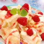 Ravioli (pierogi) with cottage cheese and raspberry — Stock Photo