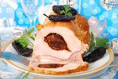 филе свинины, фаршированная черносливом — Стоковое фото
