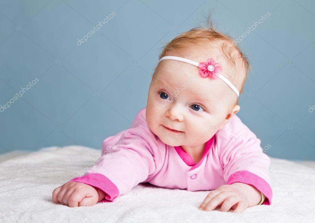 Belle Image Bebe Fille : Belle petite pour bébé fille en studio — photographie