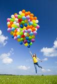 Springen met ballonnen — Stockfoto