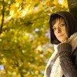 Woman in the autumn park — ストック写真