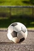 Bola de futebol no asfalto — Foto Stock