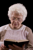 Senior woman reading book — Stockfoto