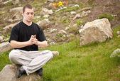 člověk dělá jógu — Stock fotografie