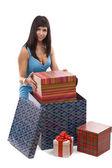 Giftbox paket koyarak kadın — Stok fotoğraf