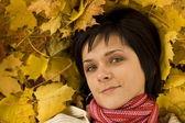Kvinna på hösten blad — Stockfoto