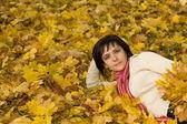 秋の葉の上の女性 — ストック写真