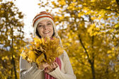 Woman in autumn park — Stockfoto