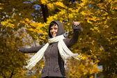 Vrouw in de herfst park — Stockfoto