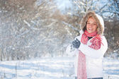 Frau spielt mit einem snow — Stockfoto