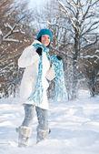 Kadın bir kar ile oynuyor — Stok fotoğraf