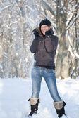 Jovem mulher na floresta de inverno — Foto Stock
