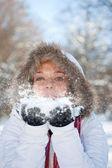 Kvinna blåser snö — Stockfoto
