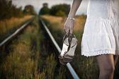 Kobieta na linii kolejowej — Zdjęcie stockowe