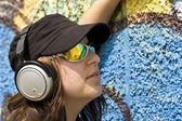 Kadın kulaklık ile — Stok fotoğraf
