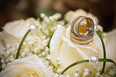 Wedding rings and roses — Stock fotografie