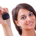 kobieta trzyma kluczyki do samochodu — Zdjęcie stockowe
