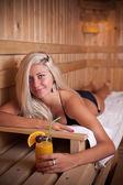 Donna rilassante nella sauna — Foto Stock